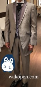 灰色のフロックコートみたいなタキシード