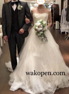 チュールのウェディングドレスとダークグレーのタキシード