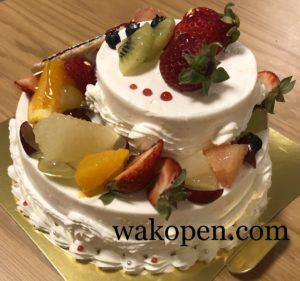 フルーツたっぷり2段のウェディングケーキの後ろ